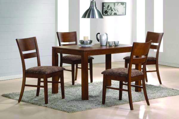 Jídelní set z masivního dřeva složený ze stolu VAŠEK a pohodlných židlí EDITA v ořechovém provedení pro každou kuchyni