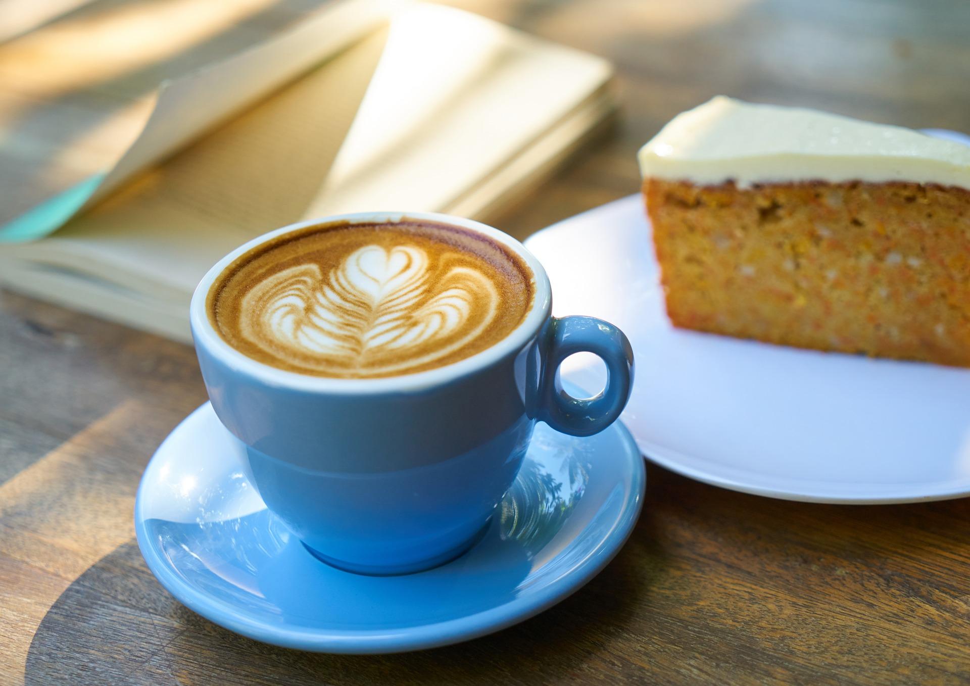 detail stolu a pohoda u kávy a knížky